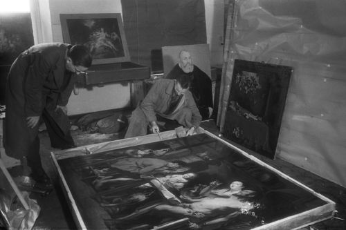 Mitarbeiter des Collecting Point Marburg beim Auspacken eines Gemäldes im Hessischen Staatsarchiv Marburg 1945. Fotograf unbekannt
