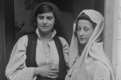Zwei Frauen in griechischer Tracht. Walter Hege, Aufnahme 1928/1935